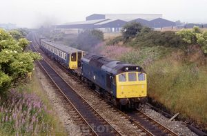 25152_east_of_the_station_with_9X04_Horwich_-_Hornsey_EMU_stock_on_26th_July_1983.jpg